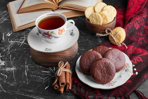 Kekse mit schokoladen-marshmallow und einer tasse tee.