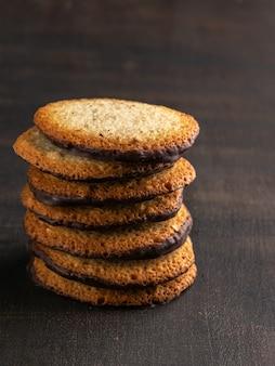 Kekse mit schokoladencreme gefüllt. schokoladencremeplätzchen auf dunklem rustikalem hintergrund.