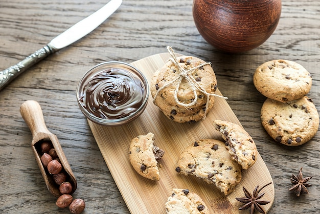 Kekse mit schokoladencreme und haselnüssen