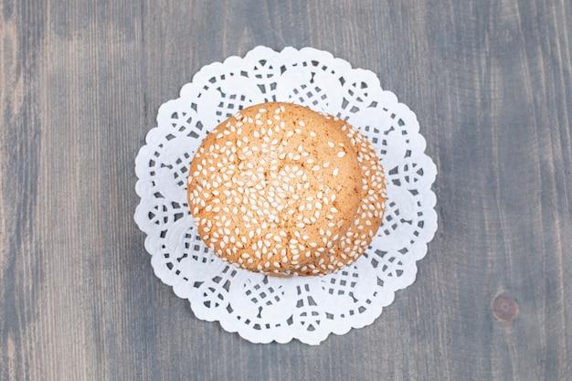 Kekse mit sesam auf holzoberfläche