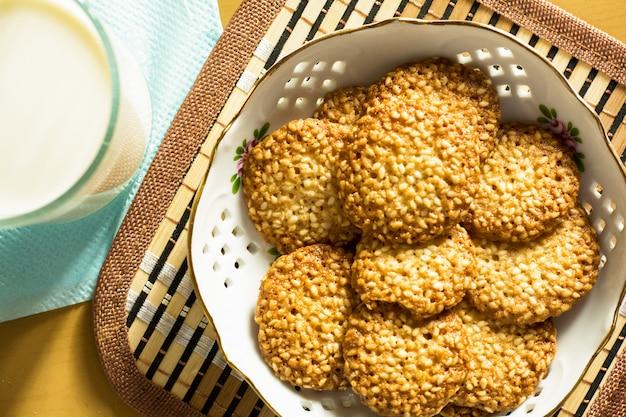 Kekse mit sesam und einem glas milch