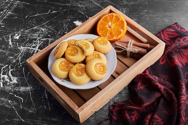 Kekse mit zimt und orangen-konfiture.