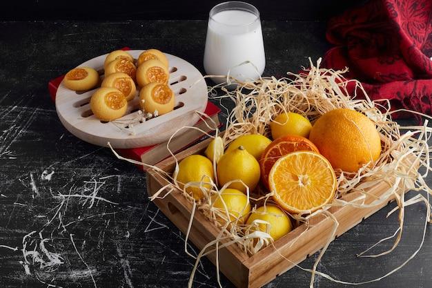 Kekse mit zitrusfruchtmarmelade.
