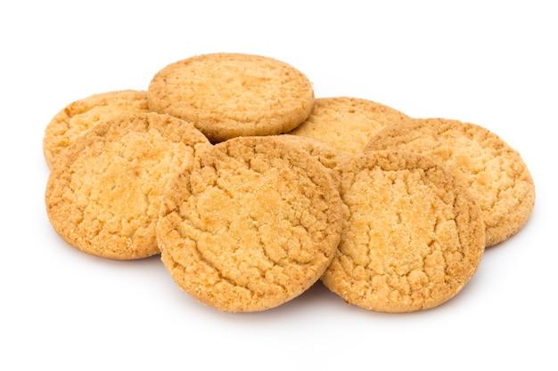 Kekse nüsse auf der isoliert auf weiß.