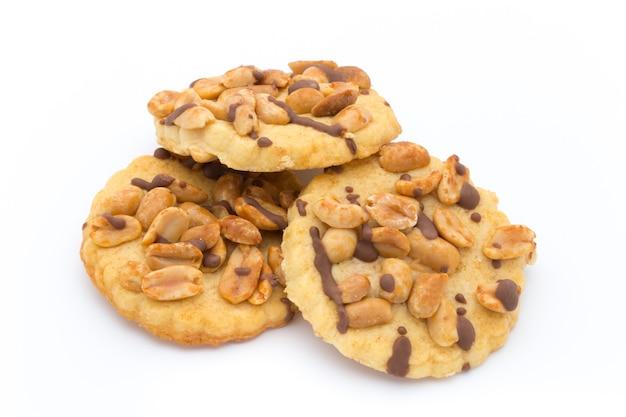 Kekse nüsse auf der isolierten weißen oberfläche.