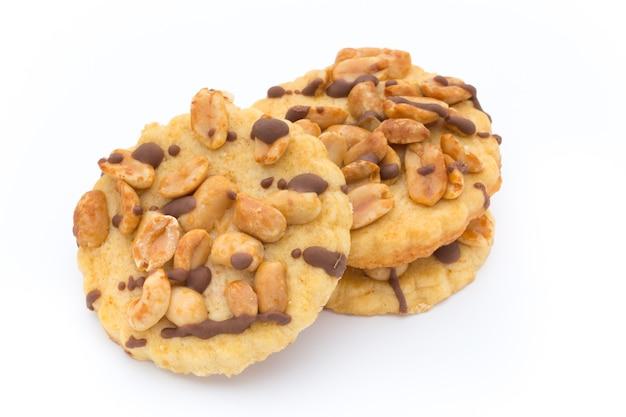 Kekse nüsse auf der lokalisierten auf weißem hintergrund.