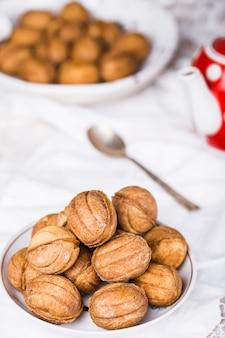 Kekse nüsse mit kondensmilch und nüssen