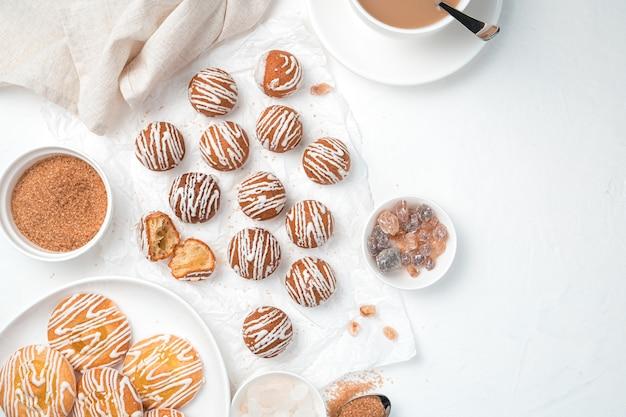 Kekse, rohrzucker und eine tasse kaffee auf weißem grund. draufsicht, horizontal mit platz zu