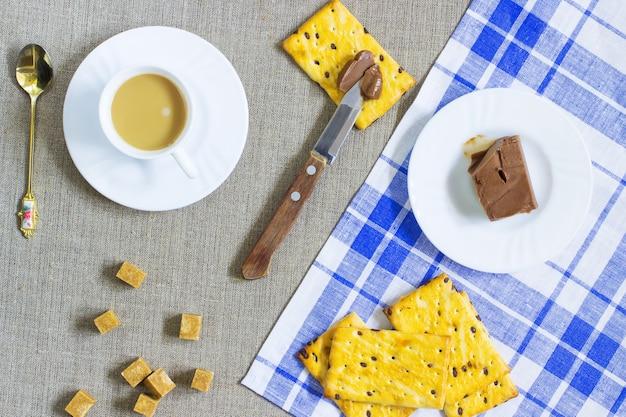 Kekse. schokoladenbutter. eine tasse kaffee mit milch
