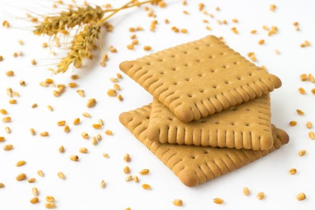 Kekse und ähren von weizen, weizenkorn auf weiß