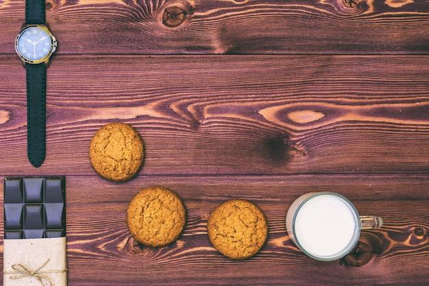 Kekse und dunkle schokolade auf dem tisch