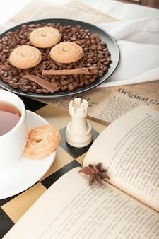Kekse und ein buch auf dem tisch