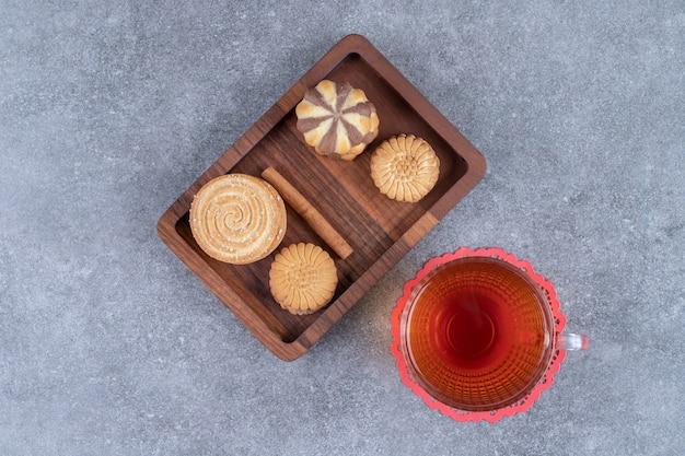 Kekse und eine tasse tee