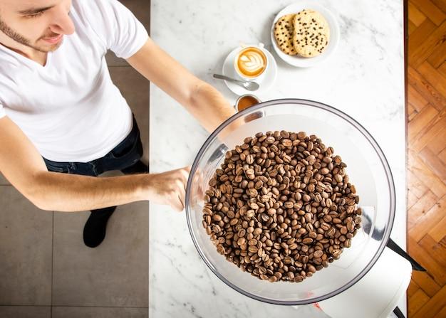 Kekse und frischer kaffee aus kaffeebohnen