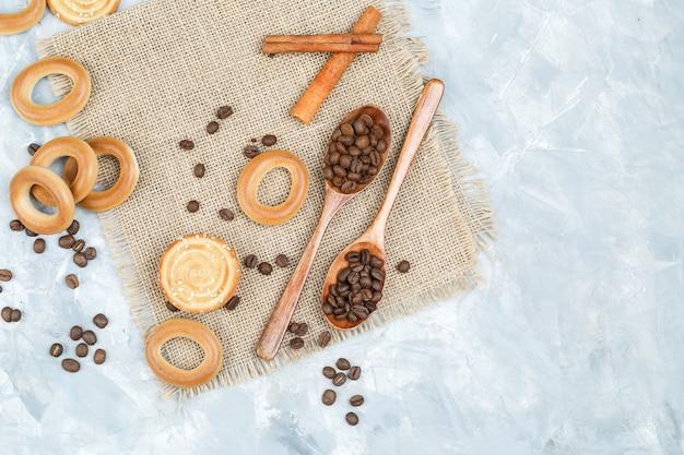Kekse und kaffeebohnen in holzlöffeln
