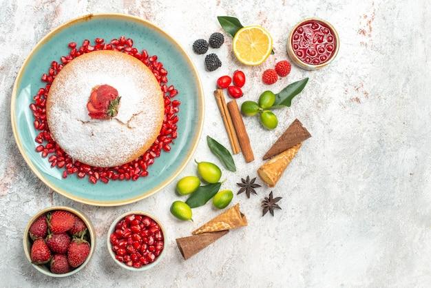 Kekse und kuchen ein kuchen kekse marmelade eine tasse tee zitrusfrüchte zimtstangen