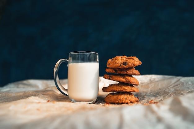 Kekse und milch am morgen gestapelte kekse