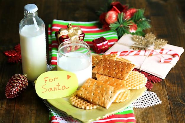 Kekse und milch für den weihnachtsmann.