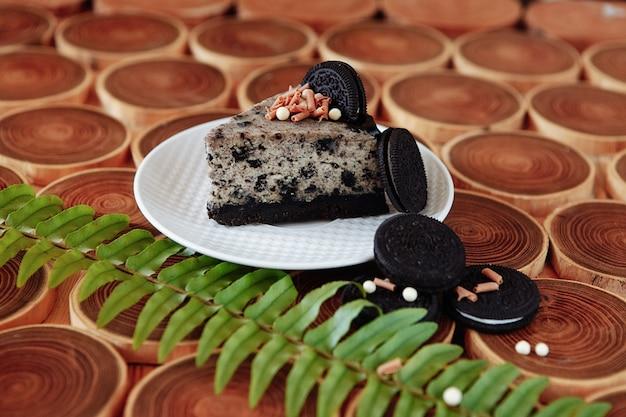 Kekse und sahne-brownies mit belag aus oreo-keksen