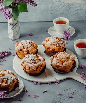 Kekse und schwarzer tee auf dem tisch