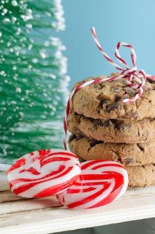 Kekse und weihnachtsbonbons mit weihnachtsbaum