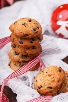 Kekse zu weihnachten mit schokolade und milch.