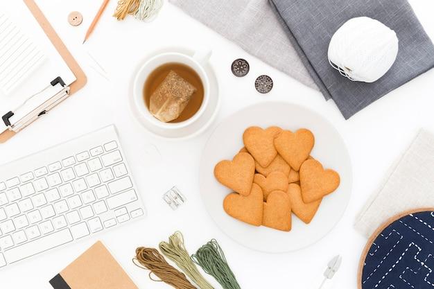 Kekse zum frühstück auf dem schreibtisch