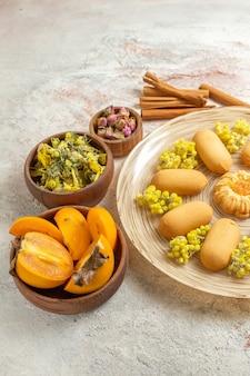Keksteller und zimt sowie trockener lavendel und gelbe blüten und palmen