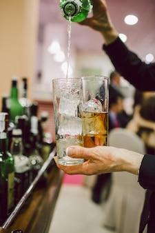 Kellner bereiten cocktails zu