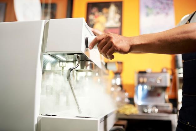 Kellner bereitet kaffeegetränk vor