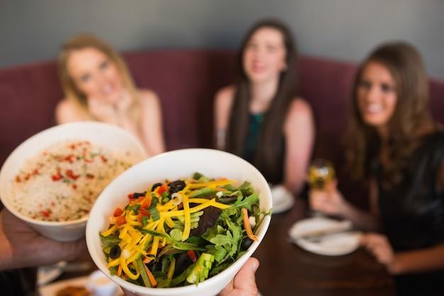 Kellner bringt den salat