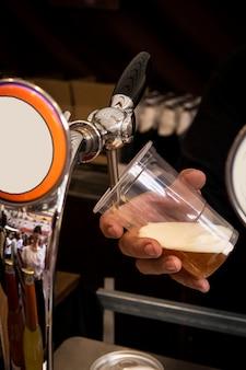 Kellner, der ein kaltes bier serviert