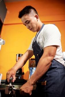 Kellner macht einen espresso