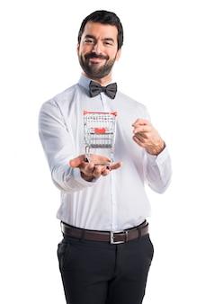 Kellner mit bierflaschen auf dem tablett mit einem supermarktwagen