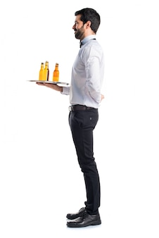 Kellner mit bierflaschen auf dem tablett