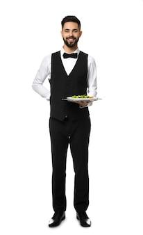Kellner mit frischem salat auf weiß