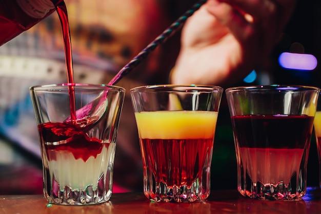 Kellner oder barkeeper, die alkoholcocktail im restaurant zubereiten