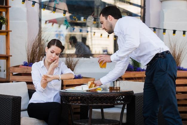 Kellner server am tisch arbeiten lesemenü specials liste für frau