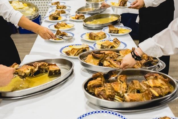 Kellner servieren fleischgerichte bei einer veranstaltung