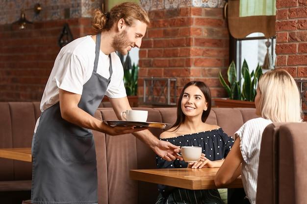 Kellner serviert kunden im restaurant