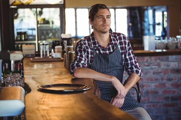 Kellner sitzt auf einem stuhl