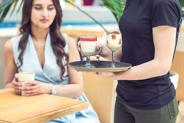Kellner trägt cocktails auf tablett