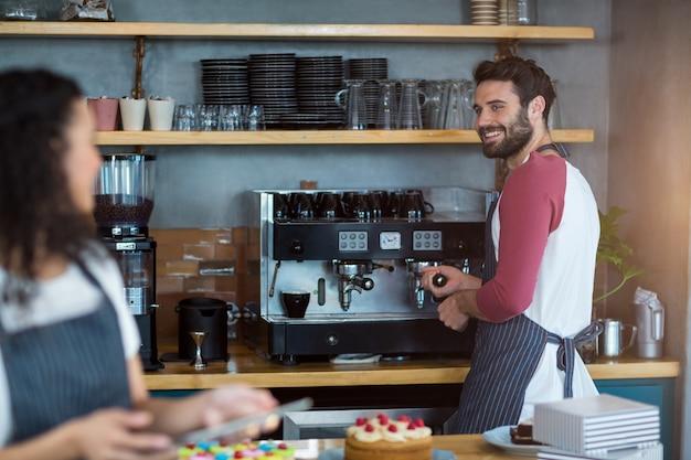 Kellner und kellnerin arbeiten in der küche im café