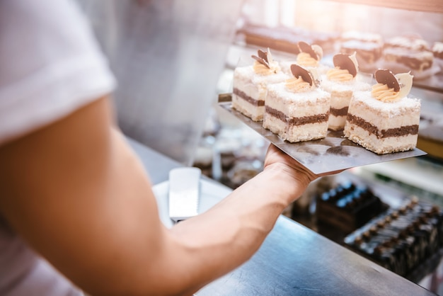 Kellnerin arrangiert kuchen