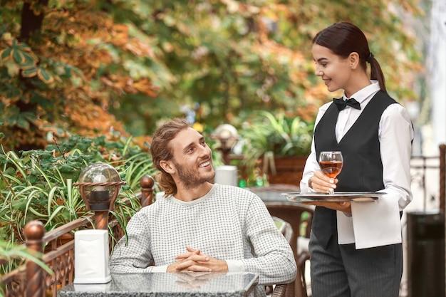 Kellnerin bedient kunden im restaurant
