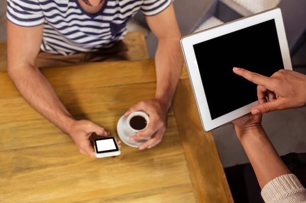 Kellnerin, die bestellung mit einem tablet-computer entgegennimmt