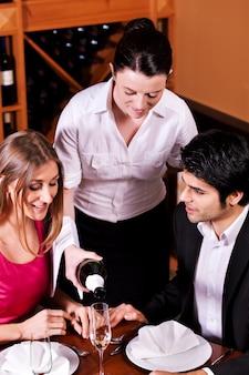 Kellnerin, die gläser mit champagner füllt