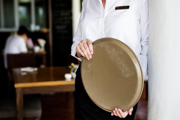 Kellnerin, die in einem hotelrestaurant arbeitet