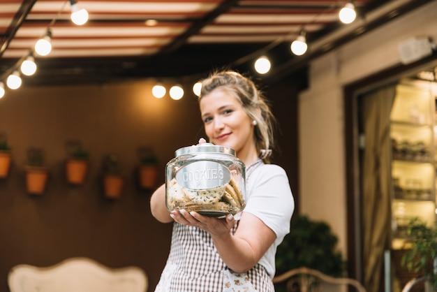 Kellnerin, die kekse anbietet