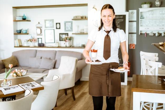 Kellnerin, die kuchen hält